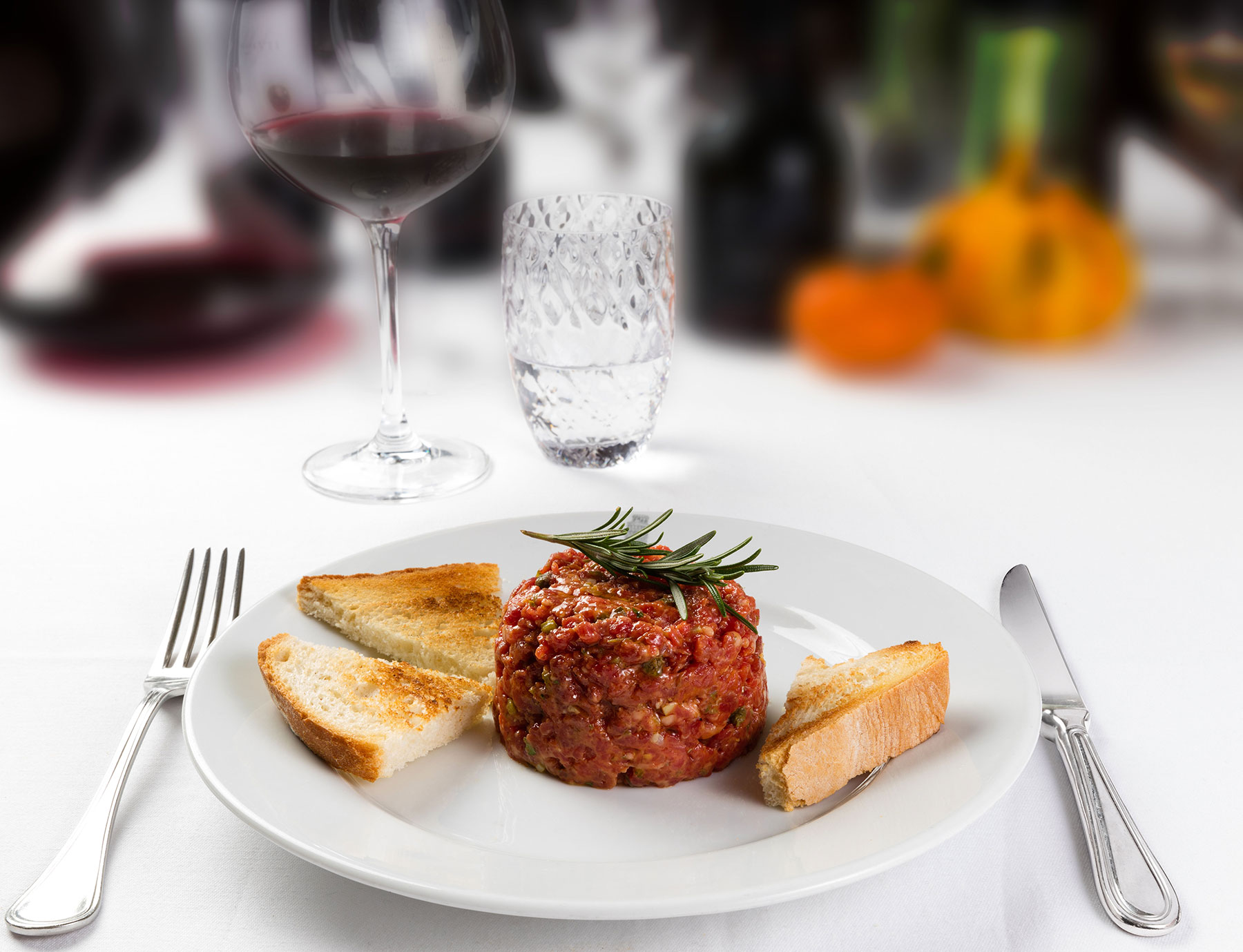 Tartare di filetto con crostini di pane